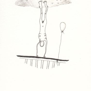 Numme qui fait l'équilibre sur un pont avec un ballon de baudruche