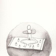 Numme qui médite sur un tapis avec des bougies